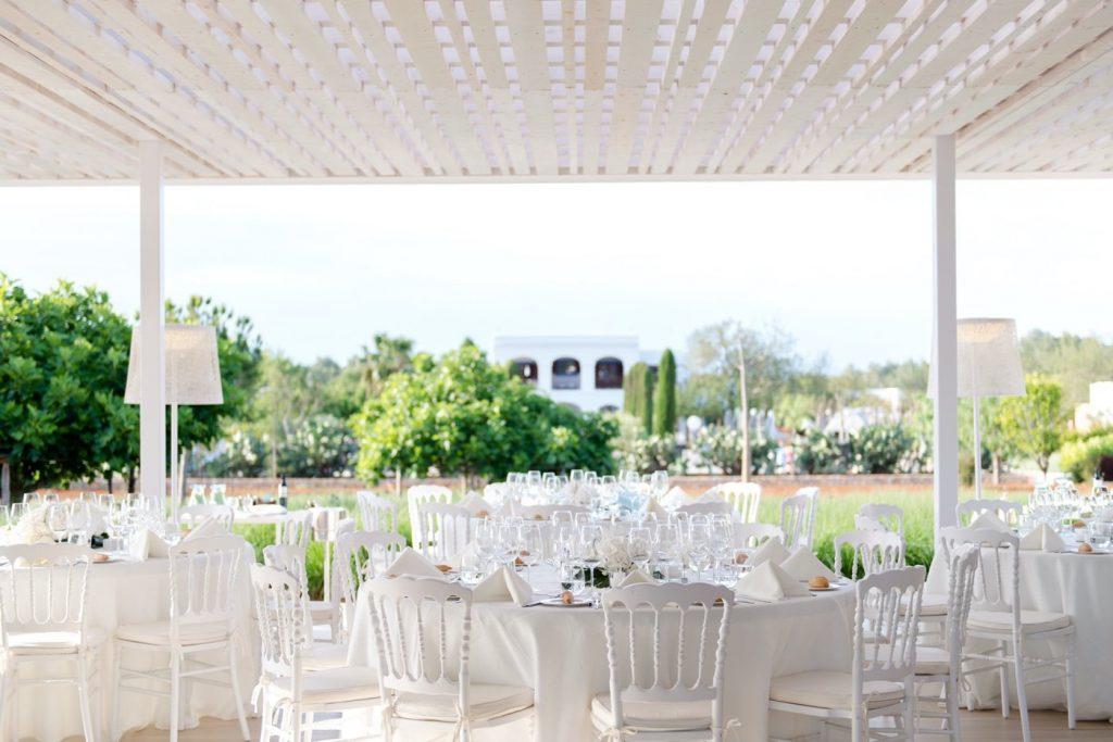 a Na Xica Eventos - montaje mesas terraza